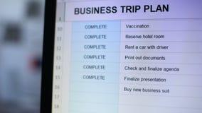 Persoon die één taak van online zakenreisplan merken in rode kleur, takenlijst stock videobeelden