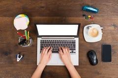 Persoon die aan laptop werkt Stock Foto's