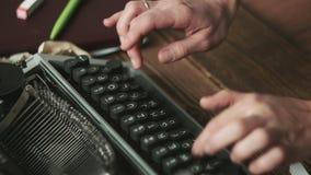 Persoon die aan schrijfmachine werken stock footage