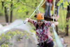 Persoon die bij avonturenpark beklimmen stock afbeelding