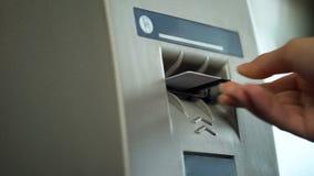 Persoon die creditcard verwijderen uit ATM, bevestigend voltooiing van bankoperatie stock afbeelding