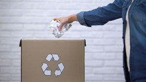 Persoon die document werpen in afvalbak, afval sorterend concept, recyclingssysteem stock footage