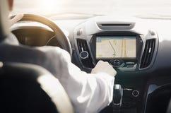 Persoon die een auto met GPS-navigatie drijven stock foto's