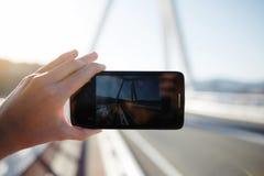 Persoon die een foto van mooie zonsondergang nemen die slimme telefooncamera met behulp van Royalty-vrije Stock Afbeelding