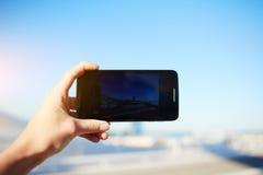 Persoon die een foto van mooie zonsondergang nemen die slimme telefooncamera met behulp van Stock Foto