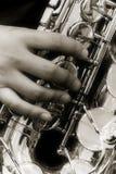 Persoon die een saxofoon speelt royalty-vrije stock afbeeldingen