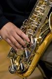 Persoon die een saxofoon speelt stock foto