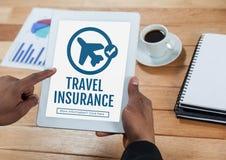 Persoon die een tablet met het concept van de reisverzekering op het scherm gebruiken Stock Foto's