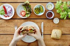 Persoon die eerste beet nemen uit foodiesnack Royalty-vrije Stock Afbeelding
