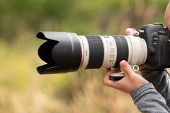 Persoon die foto met 70200mm lens op Canon-camera nemen royalty-vrije stock afbeeldingen