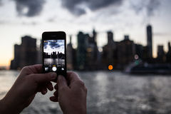 Persoon die foto van de horizon van Manhattan New York met mobiele ca nemen Stock Foto's