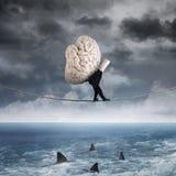 Persoon die hersenen boven overzees dragen stock fotografie