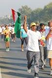 Persoon die Indische Vlag, Hyderabad 10K Looppasgebeurtenis houden Stock Foto's
