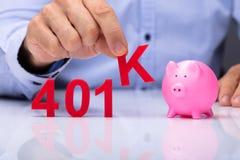 Persoon die k-Alfabet van 401k-Pensioenplan plukken stock foto