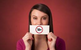 Persoon die kaart 18 in haar hand houden royalty-vrije stock afbeelding