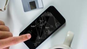 Persoon die mobiele telefoon met geometrische lijnen met behulp van