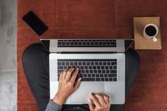 Persoon die moderne laptop computer op hoogste mening met behulp van stock fotografie