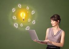 Persoon die nieuw ideeconcept voorstellen stock foto's