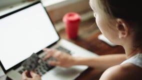 Persoon die online het winkelen met creditcard doen stock videobeelden
