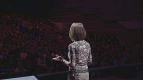 Persoon die op bedrijfsonderwijsconferentie spreken stock video