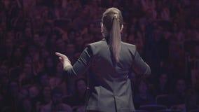 Persoon die op bedrijfsonderwijsconferentie spreken stock footage