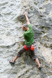 Persoon die op de rots in Engelberg beklimmen Stock Fotografie