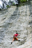 Persoon die op de rots in Engelberg beklimmen Stock Afbeelding
