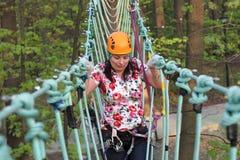 Persoon die op een kabel beklimmen royalty-vrije stock afbeelding