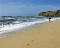 Persoon die op het strand loopt Royalty-vrije Stock Foto