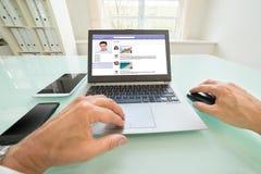 Persoon die op sociale website babbelen royalty-vrije stock foto's