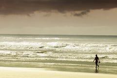Persoon die op zandig strand loopt Royalty-vrije Stock Foto's