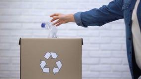 Persoon die plastic flessen werpen in afvalbak, die niet chemisch afbreekbaar afval sorteren stock videobeelden