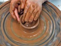 Persoon die pottenbakkerswiel gebruikt stock afbeeldingen