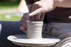 Persoon die pottenbakkerswiel gebruikt Stock Foto