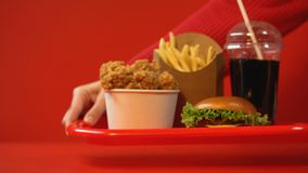 Persoon die reeks snel voedselmaaltijd weghalen, consumptieconcept, het ongezonde eten stock videobeelden