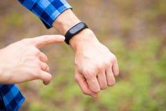 Persoon die slim horloge met behulp van Apparaat van de het horlogecomputer van het jonge mensengebruik het slimme stock afbeelding