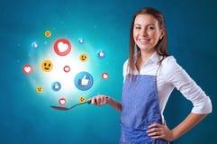 Persoon die sociaal media concept in wok koken royalty-vrije stock afbeeldingen