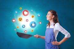 Persoon die sociaal media concept in wok koken stock foto's