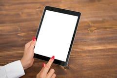 Persoon die tablet met het lege lege scherm, verticale richtlijn gebruiken stock afbeeldingen
