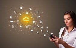Persoon die telefoon met het concept van de wolkentechnologie met behulp van royalty-vrije stock afbeelding