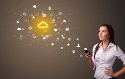 Persoon die telefoon met het concept van de wolkentechnologie met behulp van royalty-vrije illustratie