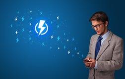 Persoon die telefoon met machtsconcept met behulp van royalty-vrije stock afbeelding