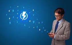 Persoon die telefoon met machtsconcept met behulp van stock afbeeldingen