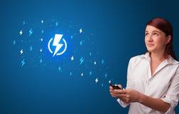 Persoon die telefoon met machtsconcept met behulp van stock foto's