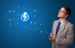 Persoon die telefoon met machtsconcept met behulp van royalty-vrije stock foto's