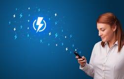 Persoon die telefoon met machtsconcept met behulp van royalty-vrije stock afbeeldingen