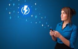 Persoon die telefoon met machtsconcept met behulp van vector illustratie