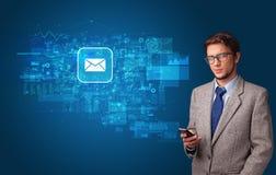 Persoon die telefoon met postconcept met behulp van royalty-vrije stock afbeeldingen