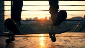 Persoon die truc op een skateboard doen, langzame motie stock videobeelden