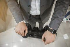 Persoon die twee wiel moderne wijze van vervoer drijven Stock Afbeelding